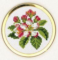 Korsstingsbroderier med tællemønster. Pakningerne indeholder billede, stof, mønster og garn samt en nål.