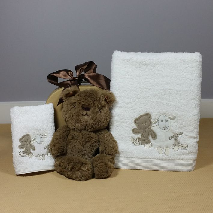 Little Bear baby bath towel and face washer baby gift hamper is a neutral baby gift perfect for a baby girl or boy. #neutralbabygift #corporatebabygift