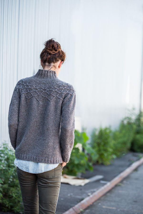 ...se puede bordar con un cordón hecho a crochet o en telar de cuatro clavos.....