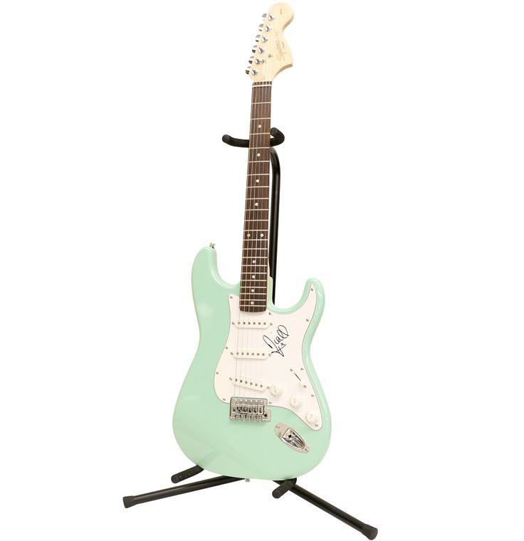 die besten 17 ideen zu squier by fender auf charitybuzz fender squier strat guitar autographed by niall horan lot 1173029