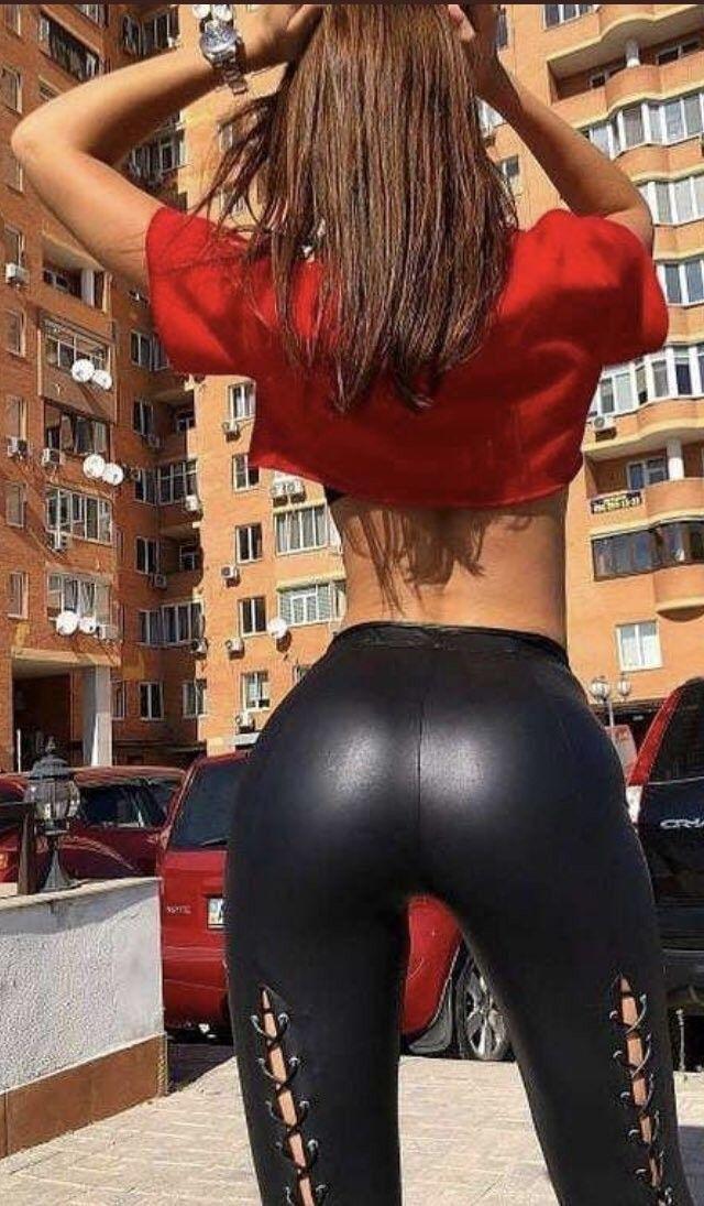 Фото больших женских поп в облегающих штанах