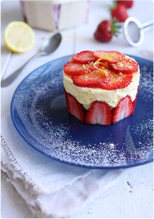 Mousse citron et fraises : peut se réaliser aussi en verrines. Recette pour 6 personnes (2 citrons et une vingtaine de fraises)