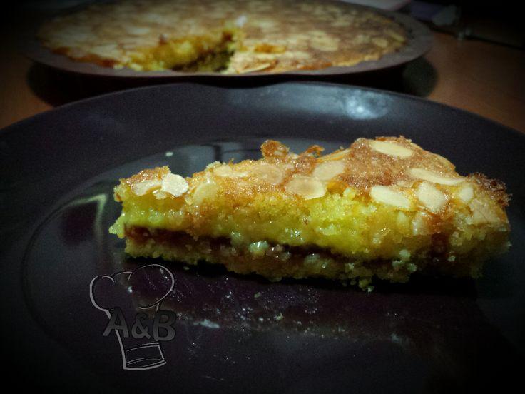 La Bakewell Tart è un dolce tipico inglese, formato da un guscio di pasta frolla che racchiude un cuore di marmellata e crema frangipane.