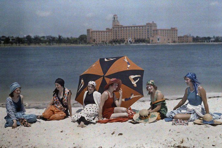 1930. Санкт-Петербург, штат Флорида – женщины сидящие на пляже.