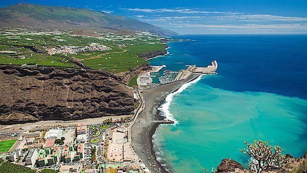 Nejdelší pláž ostrova pokrývá silná vrstva jemného sopečného písku velmi tmavé, až černé barvy.