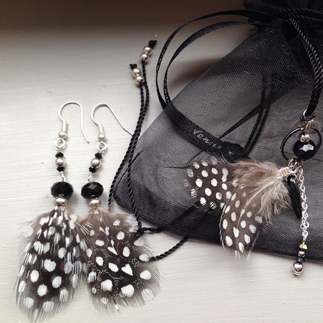 #earring #handmade #DIY #bouclesdoreilles #blackandwhite #plumes #jewel #bijoux #joli #cute #enjoymakingyourself #necklace #collier #ensemble