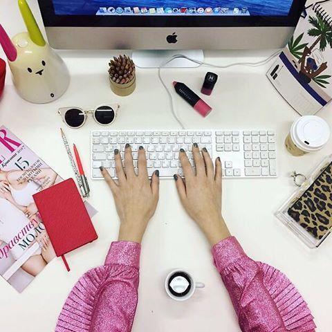 В понедельник работаем не покладая рук. Кстати слева на рабочем столе - умная игрушка Nabaztag для ловли вай-фая. Как только поймает шевелит ушами. В связи с чем у нас в редакции завязалась дискуссия: как скоро появятся роботы которые смогут писать за нас тексты?:))) #будниредакции  via TATLER RUSSIA MAGAZINE OFFICIAL INSTAGRAM - Celebrity  Fashion  Haute Couture  Advertising  Culture  Beauty  Editorial Photography  Magazine Covers  Supermodels  Runway Models