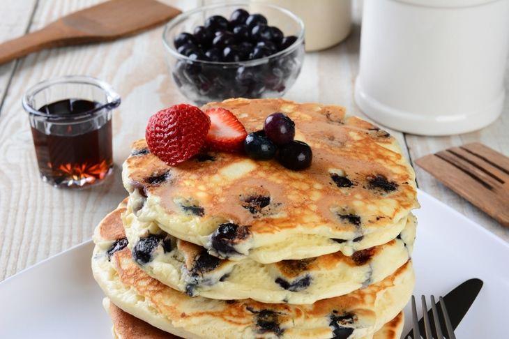 Przepisy spalające tłuszcz: owsiane naleśniki z jogurtem klonowym