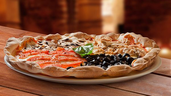 Tómate una #pizza para compartir,  para ir abriendo boca….#Pizza Rústica con #Tomate natural, #mozzarella, #aceitunas negras, #champiñones y #atún http://www.latagliatella.es/menu/le-pizze-pizzas/