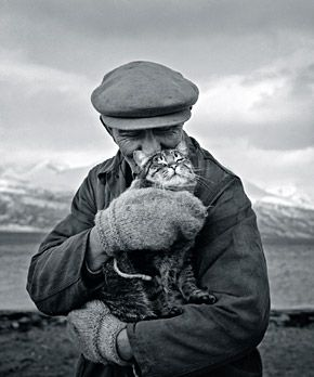 Old man and cat, this looks like love | Ismo Hölttö: Skibotten, 1967