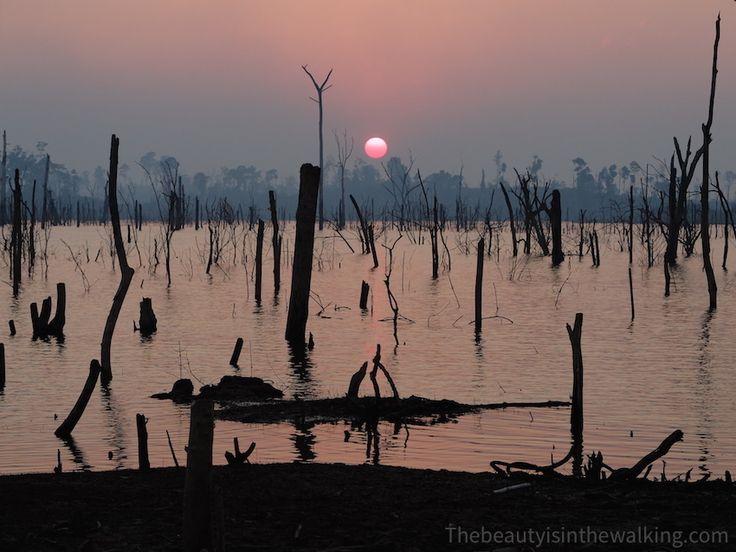 Coucher de soleil sur le lac artificiel de Nam Theun, près du village de Tha Lang - Thakhek loop, Laos