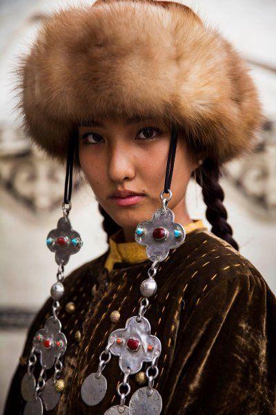 Bischkek, Kirgisistan      Die Aufnahme entstand kurz bevor die junge Frau… – Frank65
