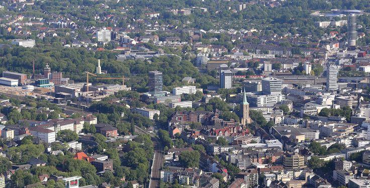 Bochum (Nordrhein-Westfalen): Die Stadt Bochum (westfälisch: Baukem) ist das Zentrum des mittleren Ruhrgebiets im Land Nordrhein-Westfalen.  Die kreisfreie Stadt im Regierungsbezirk Arnsberg ist eines der fünf Oberzentren des Ruhrgebiets und ist mit circa 362.000 Einwohnern die sechstgrößte Stadt des Landes, die zweitgrößte Westfalens und unter den 20 größten Städten Deutschlands. Bochum ist Mitglied im Landschaftsverband Westfalen-Lippe und im Regionalverband Ruhr. Die Einwohnerzahl der…