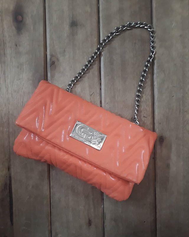 a2df91582 Bolsa laranja com alça de corrente bem diferente da #GuaranáBrasil.  #GuaranáBrasil / R$9900 #brechócamarimtododianovidade #brecho.