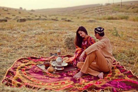 Ergenkon (Nevruz) bayramını kutlayan Uygur çifti - Doğu Türkistan