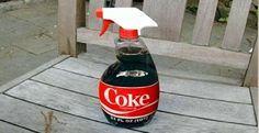 1. Remove ferrugem - com o uso de tecido embebido em Coca-Cola ou uma esponja. Também solta parafusos enferrujados 2. Remove manchas de sangue em tecidos. 3. Limpa manchas de óleo no piso de garagem - coloque Coca-Cola sobre a mancha, espere um pouco, e lave com a mangueira. 4. Limpa panelas queimadas - deixe a panela de molho na Coca-Cola e depois enxágue. 5. Limpa manchas de difícil remoção em chaleiras (mesmo método das panelas queimadas) ...