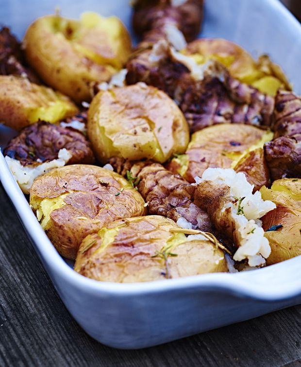 Kører du også rundt i den velkendte kartoffelmos, bagekartofler og hasselback? Så prøv noget nyt, næste gang du skal servere et lækkert stykke kød. Vi foreslår en dejlig omgang smashed potatoes med jordskokker!