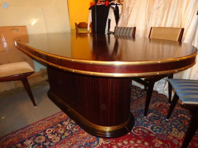 Urtjusigt bord m. mässingsdetaljer. Skiva plus sockel, går att transportera i 2 delar. Mått 220x110, höjd 80. Matbord eller annan användning 2.800:-  4+2 stolar 1.200:-