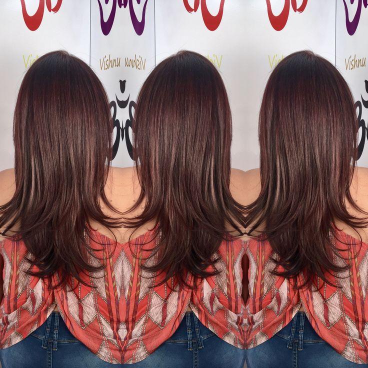 El cabello color caoba entra en la gama de los pelirrojos, podríamos decir, que combina matices en tonos marrón y rojo. A diferencia de los tonos cobrizos que tienen una base más inclinada a los tonos anaranjados. Tenemos para ti gran variedad de colores, te asesoramos para escoger el color correcto, según tu estilo y tono de piel. #vishnulooks #belleza #panama Resalta la luz que vive en ti...
