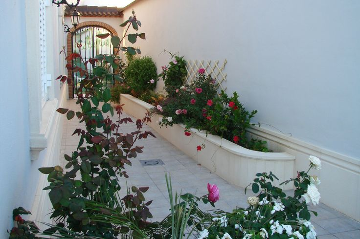 Jardinera con moldura y aplacados de piedra artificial.