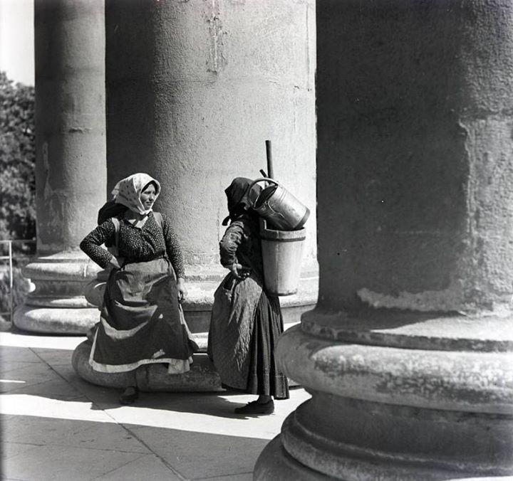 Eger, puttonyos beszélgető asszonyok a székesegyház oszlopainál 1930-as évek (fotó Vadas Ernő)
