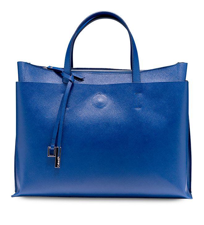 Un tuffo nel blu del mare con una #handbag perfetta per l'ufficio. In pelle stampa #saffiano. Modello Caprifoglio by #Caleidos