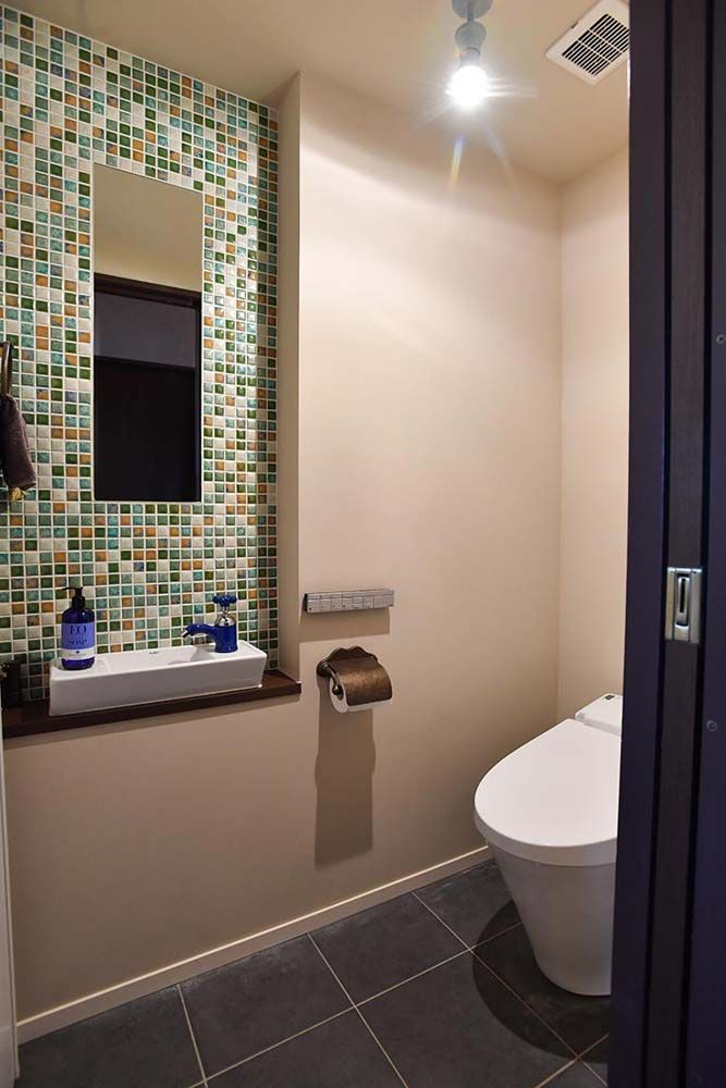壁の一部に鮮やかなアクセントタイルをあしらったトイレ タイルに