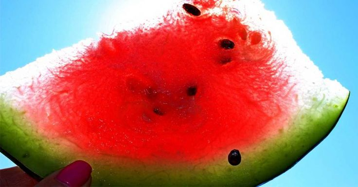 warmteuitslag van de zon behandelen met de schil van watermeloen