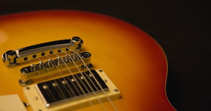 Cómo recablear  la puesta a tierra de tu guitarra. El ruido no deseado de la guitarra hace daño a los oídos y arruina tu sonido. Algunos zumbidos y silbidos se producen debido a pastillas de bobina simple, una electrónica de guitarra mal protegida o asilada y a la interferencia de luces o de otras fuentes externas. Un poco de ruido es inevitable, pero el ruido causado por una guitarra sin conexión ...