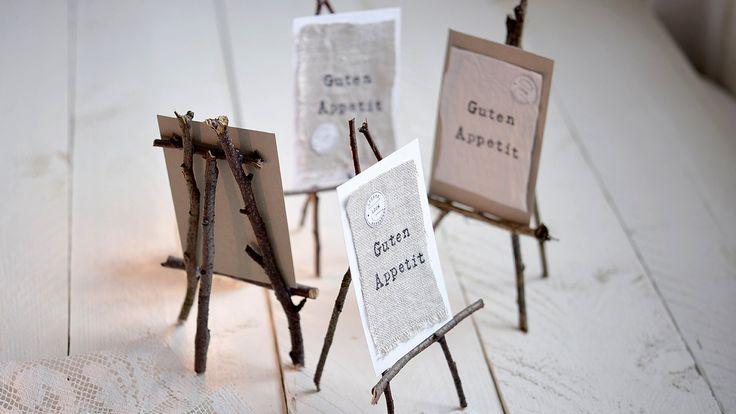 Aus ein paar Stöckchen gestaltet Imke Johannson kleine Staffeleien für Tischkärtchen.
