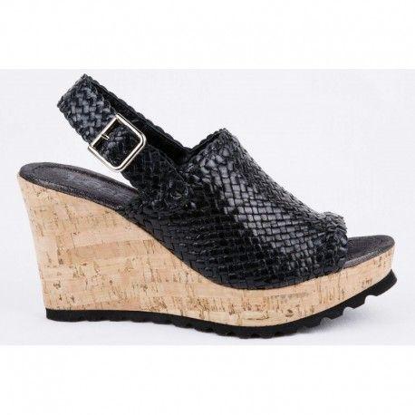 #Sandalias con suela de corcho en color negro. Último par en stock. ¿Te lo vas a perder? Visita la tienda online y descubre estas sandalias y mucho más.