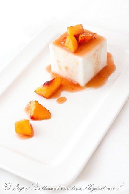 Panna cotta all'agar agar al gusto di cocco con pesche caramellate