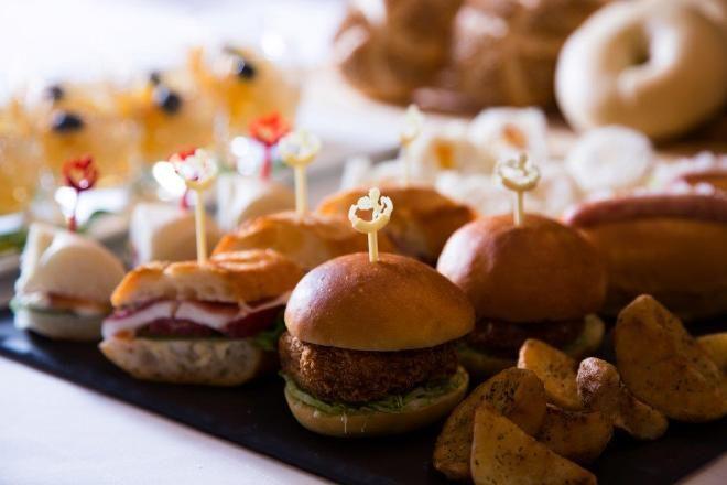 帝国ホテル 東京が、「サンドイッチバイキング」を開催。冷製3種、温製3種のオリジナルサンドイッチが、スープやデザートとともに、好きなだけいただけるほか、今年はセルフサンドイッチもお目見え。自分だけのお気に入りのサンドイッチを作ることができる。