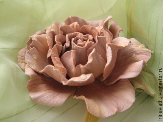 Купить или заказать Цветы из кожи.Украшение брошь заколка НЕЖЕНКА .РОЗОВАЯ РОЗА в интернет-магазине на Ярмарке Мастеров. Изысканная роза с капельками росы из натуральной итальянской кожи – универсальный женский аксессуар. Им можно эффектно украсить волосы, шляпку, платье, пальто, шарфик, сумку или запястье. Украшение ручной работы станет шикарным акцентом в созданном Вами образе и, наверняка, покорит всех окружающих Вас мужчин. Возможен любой цвет (красный, желтый, синий…