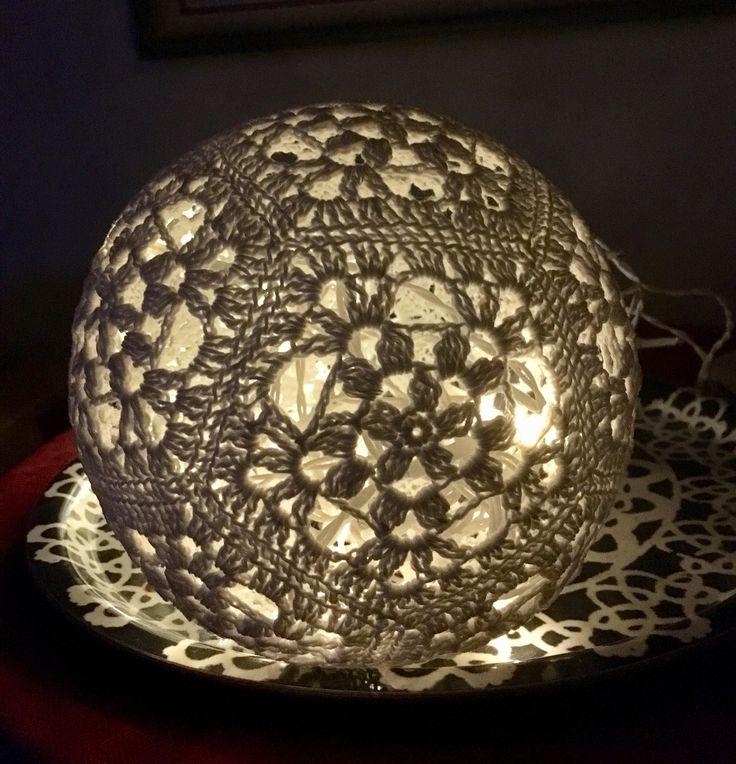 Virkade ljusbollar med ljusslinga är så mysigt! Kul att virka!