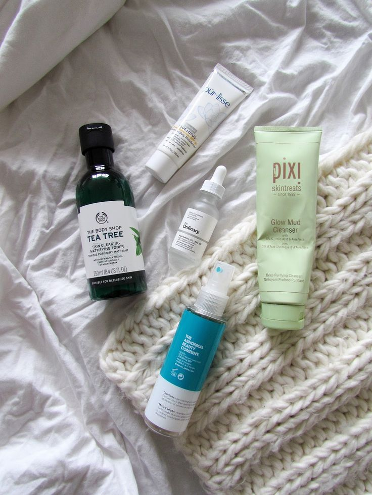 My morning skincare routine is now live on the blog! I use a mix of products for preventative measures as well as combating my most of the time normal/oily skin. http://www.naancymaac.ca/2017/11/my-current-morning-skincare-routine.html . . . . . #skincare #thebodyshop #pixibypetra #pixi #deciem #hylamide #theabnormalbeautycompany #theordinary #purlisse #flatlay #review #morning #mornings #cleanser #toner #minimal #bbloggersCA #bblogger #bbloggers #torontoblogger #beautyblogger…