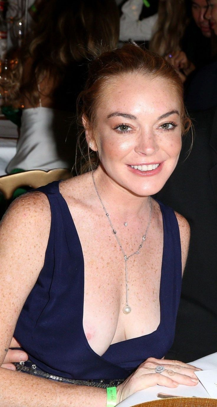 Lindsay lohan flashes boob