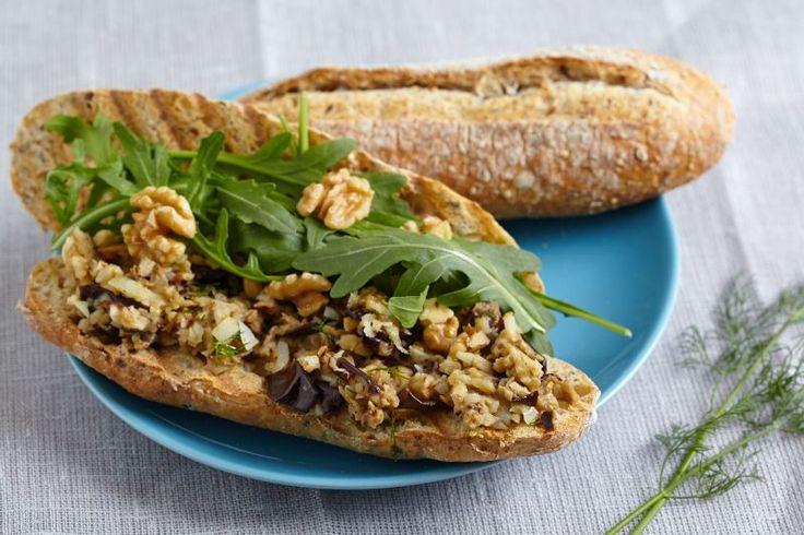 Auberginesalade is een erg gezonde snack, perfect voor tijdens je lunchpauze. Lekker met versgebakken meergranen stokbrood of een wit pistoletje, wat rucola en walnoten voor een energieboost.