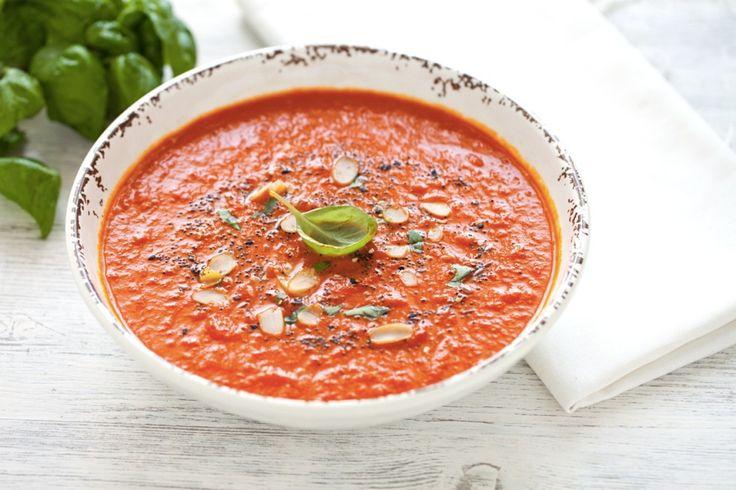 La zuppa di pomodoro e curcuma è un primo piatto salutare, che si presta a numerose variazioni sul tema. Basta infatti arricchirla con erbe aromatiche a piacere, spezie, semi misti o frutta secca a piacere per ottenere nuove combinazioni di sapori.