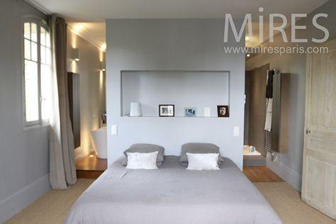 Appartement Parisien : Une chambre ouverte sur sa salle de bain. Couleurs poudrées..Ambiance reposante.