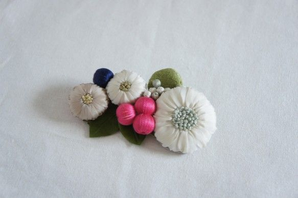 摘んできた野花をぎゅっと集めたブローチ。刺繍や染めた革で作った葉っぱ、木の実のビーズなど手仕事をたっぷり施した作品です。小さなお花畑がコーディネートを彩ります...|ハンドメイド、手作り、手仕事品の通販・販売・購入ならCreema。