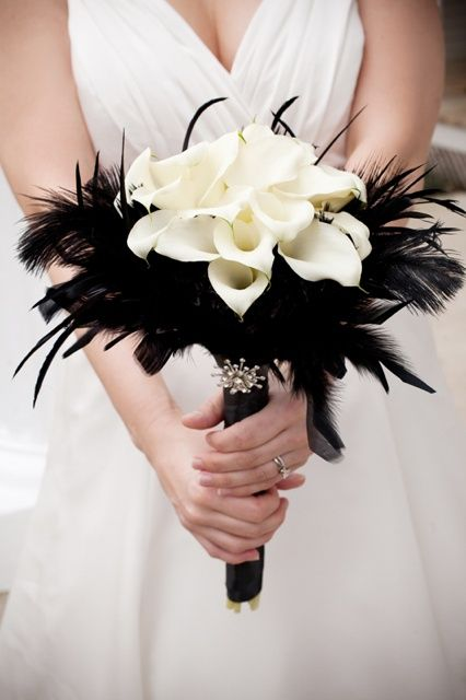 Black feathers, white flowers | Wedding bouquet