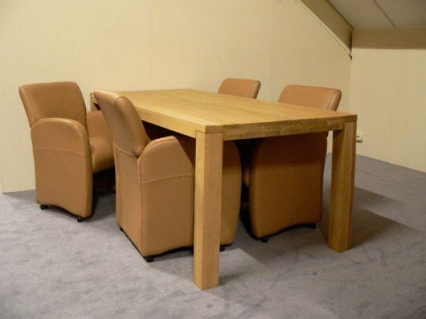 Tafel Wildeboer met stoelen Sienna is direct leverbaar. Model tafel: Luik. Kleur hout: blank mat. Afmeting: Breed x Lengte: 90 cm x 200 cm. Model armstoel: Sienna, nix.  Kleur leder: cognac. Parketwieltjes. Normaal: €2.695,00. Aanbiedingsprijs: €1.885,00.