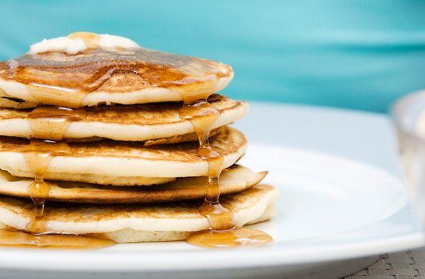 A palacsinta kicsit kisebb és pufibb, de ugyanolyan ízletes, mint hagyományos rokona. Készítsd el szombat reggelire!