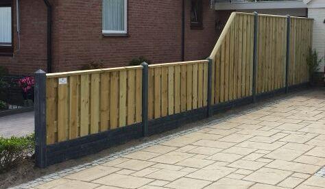 Een prachtige en solide erfafscheiding - schutting met betonpalen en geïmpregneerd hout verloopscherm van hoog-laag en een solide poort tuindeur van #tuinmani @Tuinmani www.tuinmani.nl tuinmani