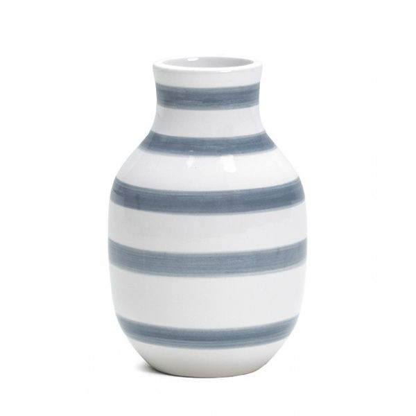 En moderne klassiker fra Kähler. I den etter hvert store Omaggio-familien er dette den minste vasen. 12,5cm høy, med ny farge: gråblå striper. Designet av Ditte Reckweg og Jele