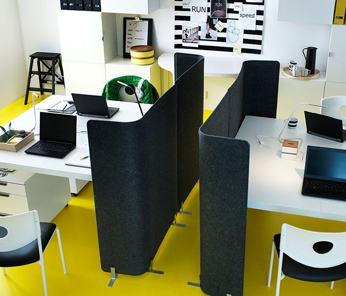 Deux bureaux BEKANT blancs installés l'un à côté de l'autre, avec des séparateurs BEKANT gris foncé – parfait pour les projets perso.