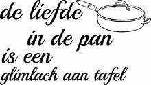 de liefde in de pan is de glimlach aan tafel muursticker, te koop via www.stickerplace.nl