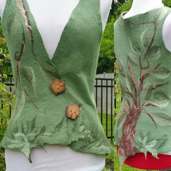 Vilten bos Fairy Vest in tinten groen. Elven Pixie Top. Vest van de boom des levens. De slijtage van het festival. Asymmetrische Pixie gilet. Boho Top. Dit unieke natte Gevilte bos vest is vervaardigd uit ultrafijn 18 micron merinoswol en zijde vezels. Het is zeer zacht en lichtgewicht. Ik heb dit stuk verfraaid met prachtige handgemaakte eikenhouten knopen gemaakt door mijn lieve zuster in Ierland. MAAT Medium. U.S 6-8