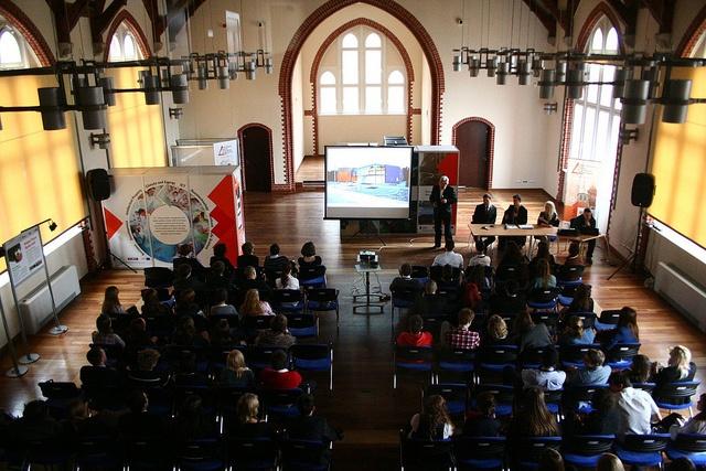 Rozpoczęła się 19. Sesja Regionalna Europejskiego Parlamentu Młodzieży (EYP) Poland, której gospodarzem jest Wrocławskie Centrum Badań EIT+. Młodzi parlamentarzyści oficjalnie otworzyli obrady 8 marca br. Prezentujemy zdjęcia z tego wydarzenia.